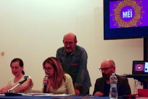 Il vincitore Tiziano Mercatali supervisiona la lettura del proprio racconto - Foto di Bianca